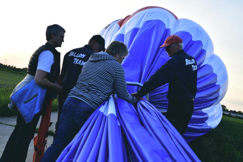 Zusammenpacken des Ballons